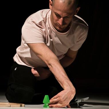 Michael Turinsky baut konzentriert eine Modelleisenbahn auf.